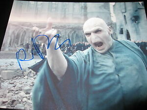 RALPH-FIENNES-SIGNED-AUTOGRAPH-8x10-PHOTO-HARRY-POTTER-PROMO-IT-ALL-ENDS-RARE-I