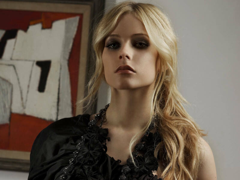 Avril Lavigne Wearing Her Makeup 8x10 Picture Celebrity Print