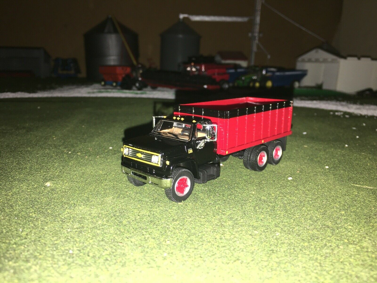 1/64 DCP BY FIRST GEAR BLACK/RED CHEVY C65 TANDEM AXLE GRAIN TRUCK