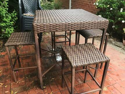 Outdoor furniture - wicker - table and 4 stools