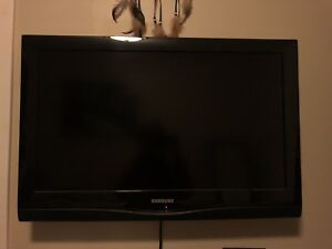 "32"" Samsung LCD TV with wallstand"