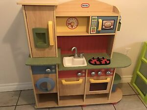 Play kitchen, appliances and food