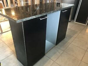 Kitchen island w. granite countertop