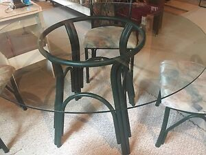 Table de cuisine en verre et ses 4 chaises