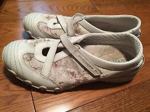 Sketchers size 7.5 ladies shoes