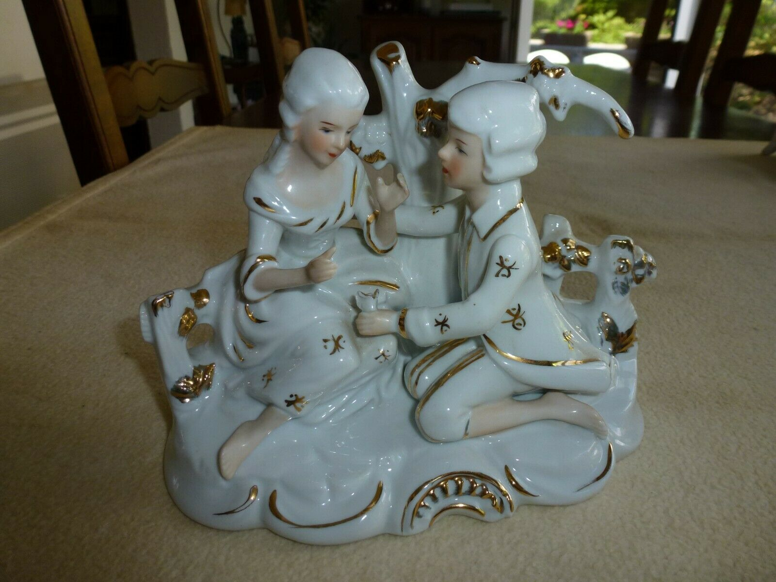 Superbe figurine en porcelaine couple declarant sa flamme