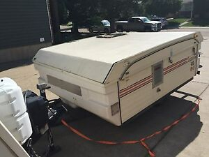 Utility trailer with lid