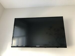 "Samsung 32"" flat screen TV with wall mount!"