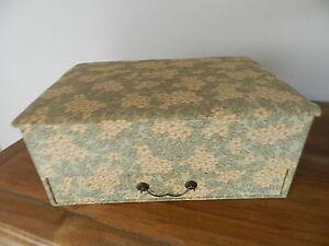 Ancienne boite a couture recouverte de tissu avec for Boite a couture avec accessoires