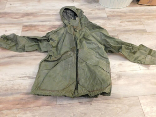 US MILITARY GREEN WET WEATHER  PARKA SIZE MEDIUM ( 38-40)