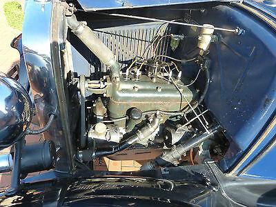 Gut in Schuss mit leichter Patina: einfach gestalteter Motorraum mit 3,3-Liter Vierzylinder, der gut 40 PS leisten kann