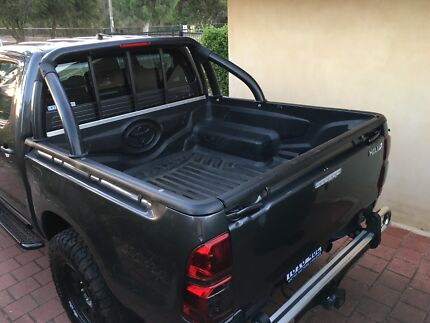 2015 hilux tray, genuine Toyota tub liner and roll bar.