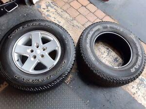 1 mag chrome d'origine & 2 pneus de Jeep Wrangler 255/75/17