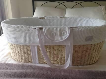 Like new! - Newborn moses basket / bassinet