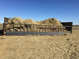 Self adjusting bale/ground hay balefeeder