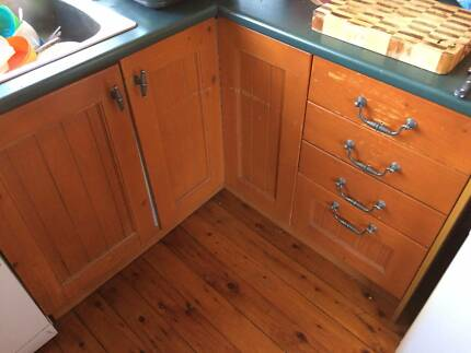 LARGE U-SHAPED KITCHEN, TIMBER WITH EMERALD BENCHTOP TALL PANTRY