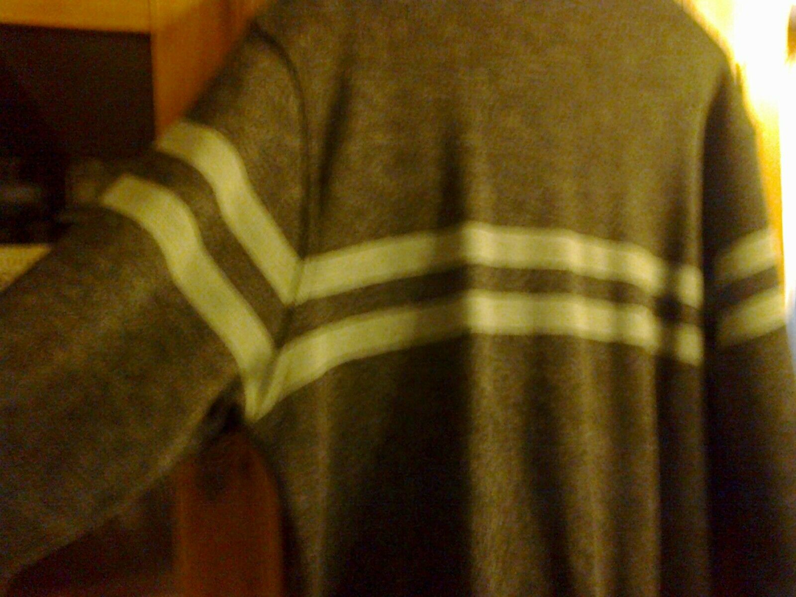Rare ! gilet gris chiné + bandes bleu clair lacoste pour homme, excellent état.