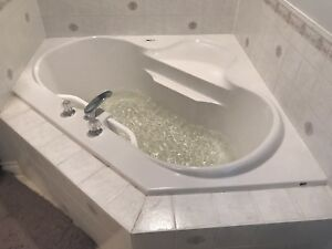 5ft by 5ft Corner Jacuzzi Tub