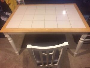 Beautiful, well built dining room table with 4 matching chairs