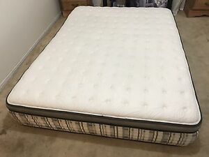 Deluxe Queen mattress / matelas in perfect condition - Delivery
