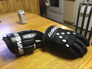Boys winnwell 11.0 hockey gloves.