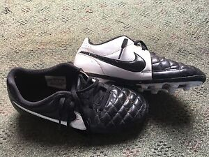Nike Soccer Shoes Sz 4 youth