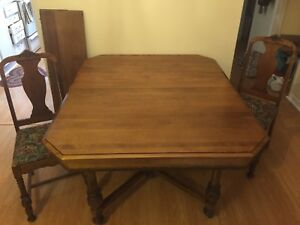 Antique looking table in great condition