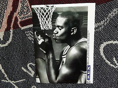 "8"" x 6"" PRESS AGENCY PHOTO - SHAQUILLE O'NEAL WITH KITTEN - BATON ROUGE 1991 (2)"