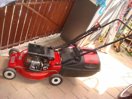 VICTA PACE 2 STROKE LAWN MOWER IN GREAT CONDITION EASY START