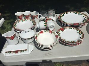 Christmas Dish Set (32 pc)