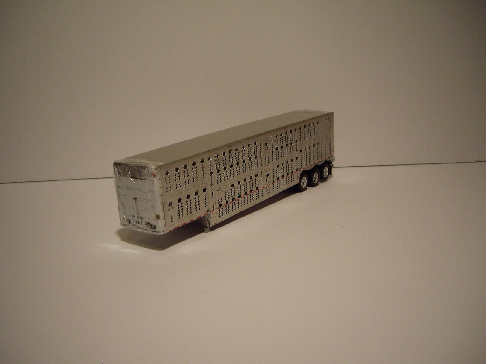 DCP FIRST GEAR 1/64 WILSON SILVER STAR TRI-AXLE LIVESTOCK TRAILER