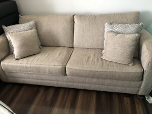 Queen sofa bed 1 year old , barely used perf dr. Ondirion