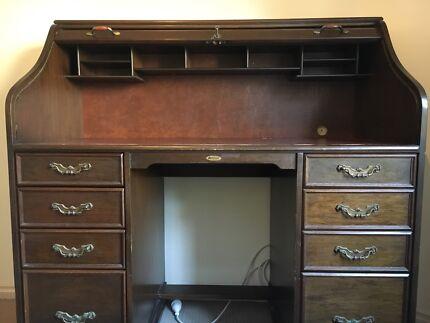 Antique: Beautiful Roll top desk