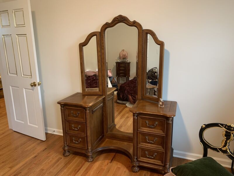 Vintage Antique Dresser Vanity Table w/ Full Length Trifold/Three 3 Panel Mirror