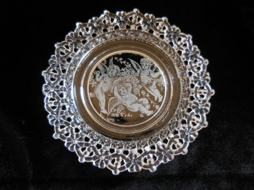 Antique SMALL CLEAR GLASS PLATE w/CHERUBS in the CENTER Lacey Daisy Rim