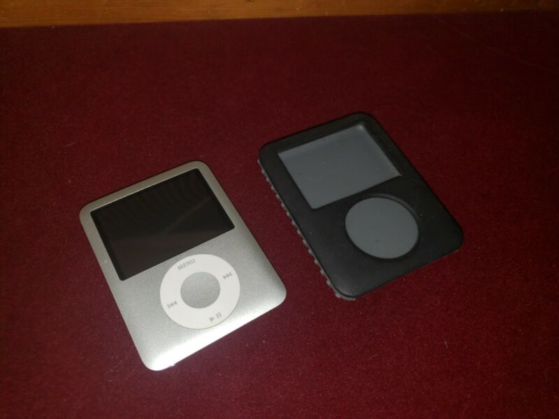 Apple iPod Nano 3rd Generation 4GB Model: A1236 Silver with case