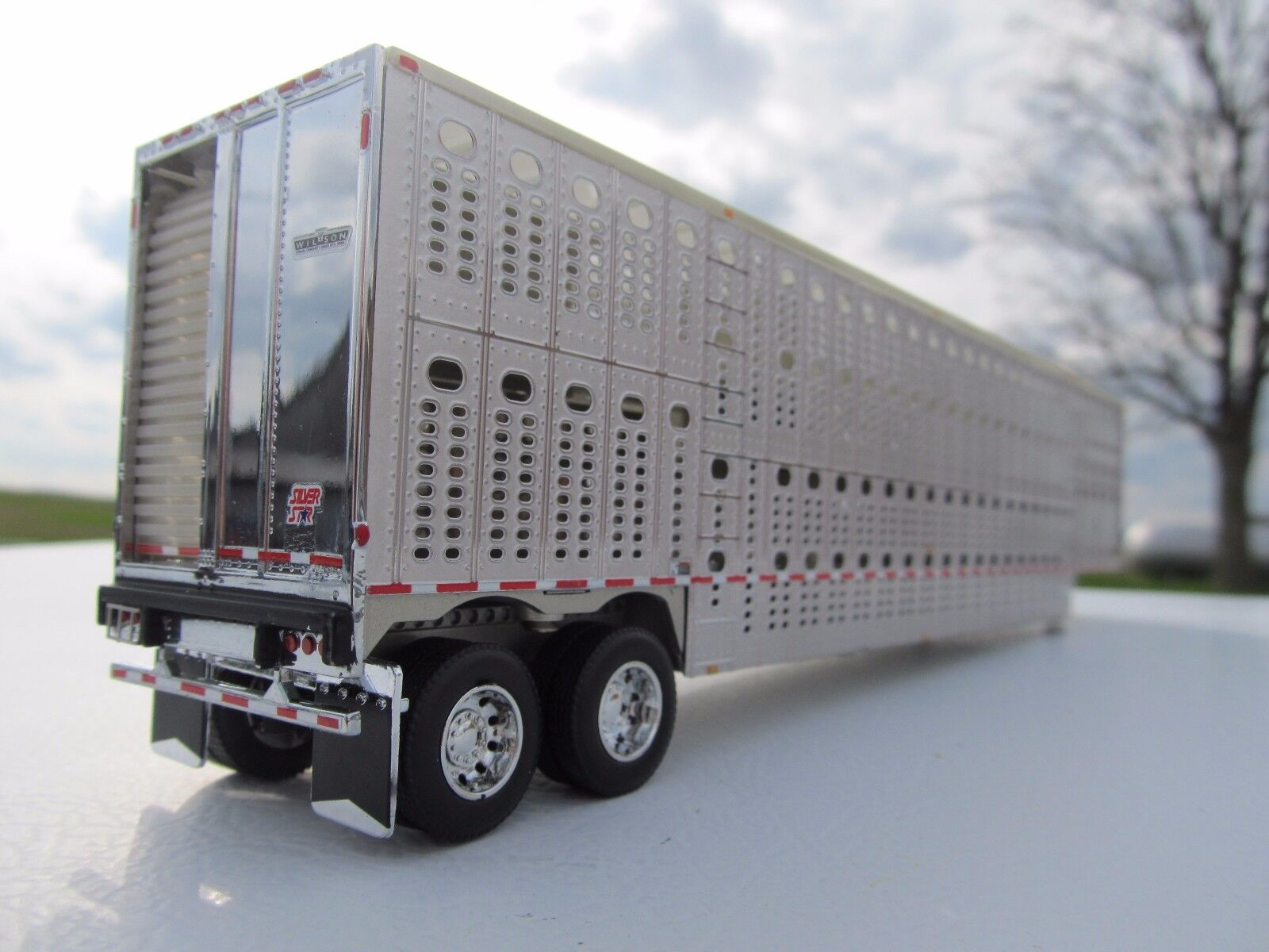 DCP 1/64 SCALE WILSON LIVESTOCK TRAILER TANDEM AXLE SILVER SIDES & FRAME 1