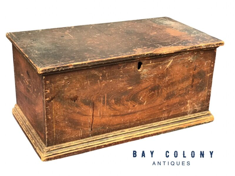 18TH C ANTIQUE NEW ENGLAND PINE GRAIN PAINTED PRIMITIVE STAGECOACH BOX / TRUNK