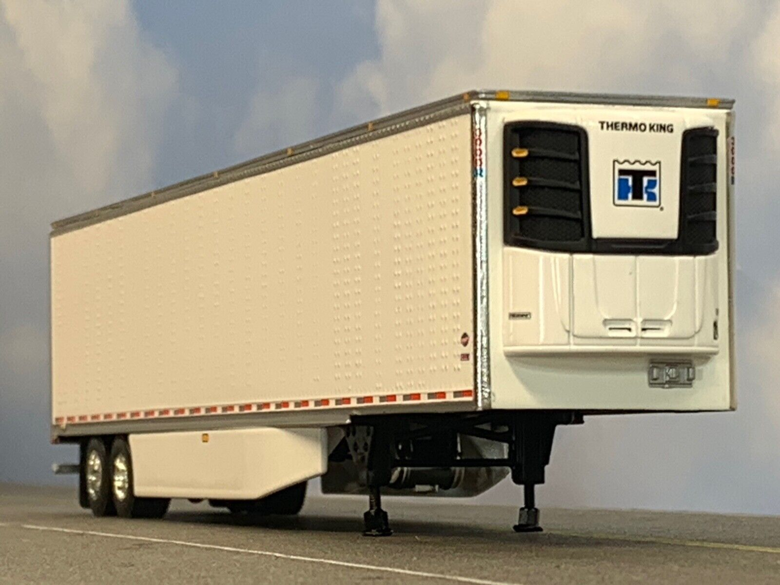 1/64 DCP WHITE 53' UTILITY 3000R W/ THERMO KING REEFER UNIT