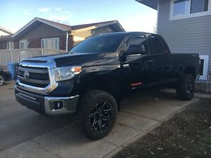 2014 Toyota Tundra sr5 5.7 litre low kms* no accidents