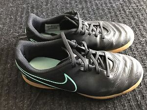 Indoor soccer shoes sz youth 3