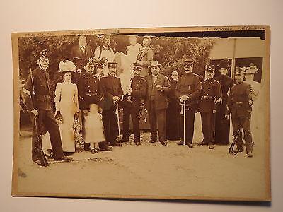 Gruppe Frauen Kinder Männer - Soldaten ? in Uniform Gewehr Kulisse - 1901 / KAB