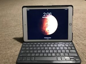 GOLD 64g IPAD AIR 2! Comes with Bluetooth keyboard