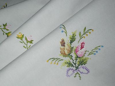 Superschöne  Tischdecke  Mitteldecke  86 cm / 83 cm  Streublumen   .. Handarbeit