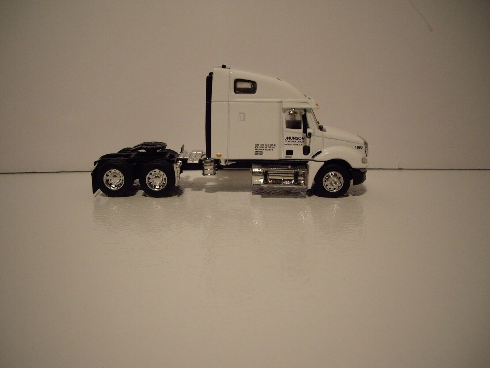 DCP 1/64 MUNSON TRANS FREIGHTLINER COLUMBIA WITH SLEEPER AND 53' DRY VAN 8