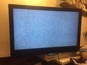 """32"""" Dynex Tv with wall mount"""