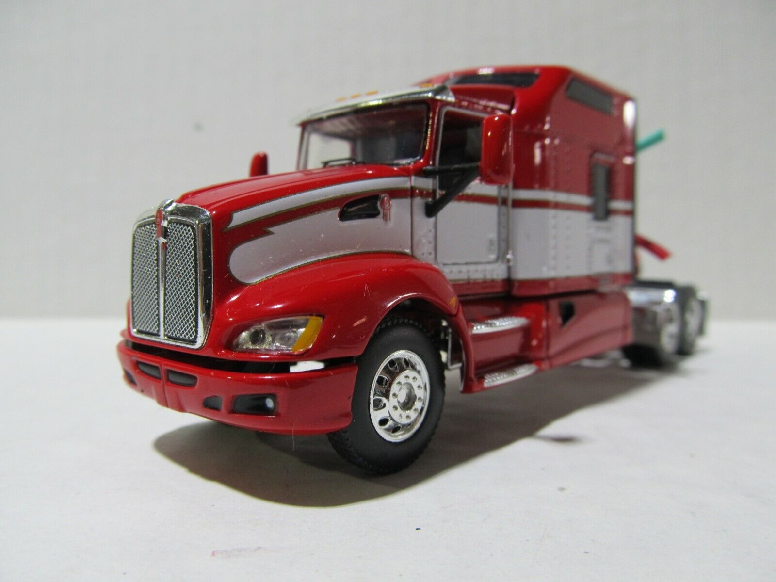 DCP / FIRST GEAR 1/64 SCALE T-660 KENWORTH, STUDIO SLEEPER,  RED & WHITE