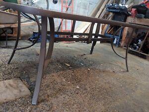 Table extérieure et cinq chaises