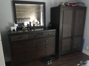 Mobilier de chambre à coucher en bois et cuir de marque Shermag