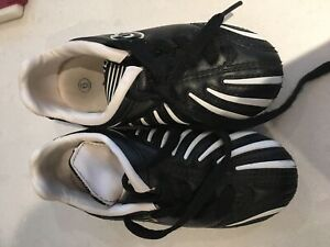 Soccer shoes - Size 6 youth